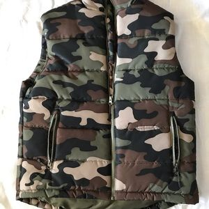 Camouflage puffer vest size Medium zippers